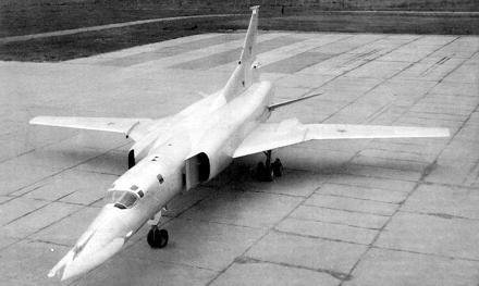 Дальний сверхзвуковой бомбардировщик ту-22м0.