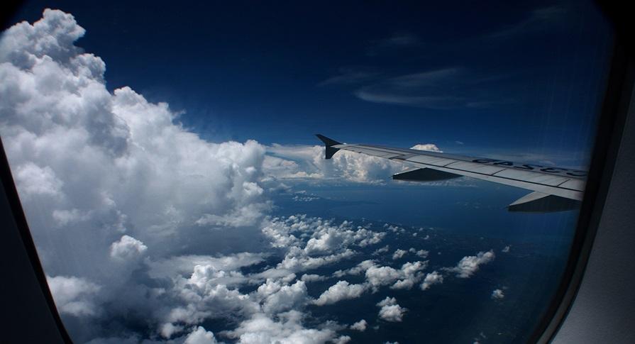 Иллюминатор самолёта. вид из иллюминатора самолета. фото.