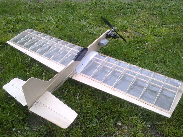 Кордовая учебная пилотажная модель самолета