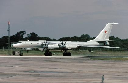 Противолодочный самолет ту-142м.