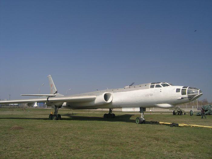 Самолет рэб ту-16п.