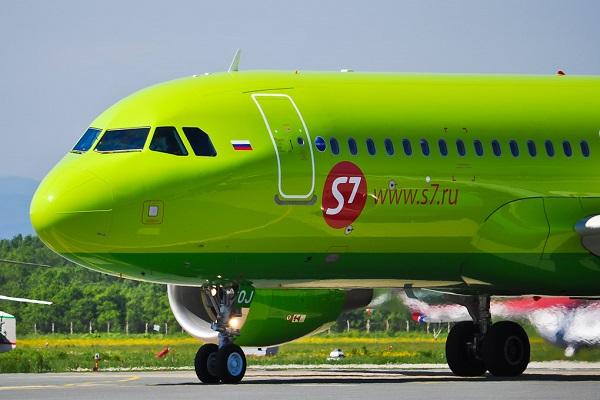 Самолет зеленого цвета. фото.