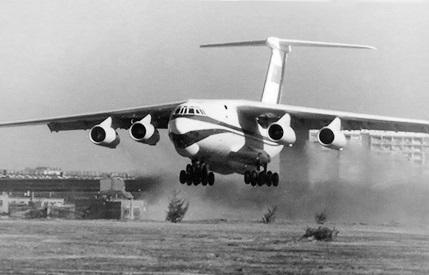 Средний военно-транспортный самолет ил-76.