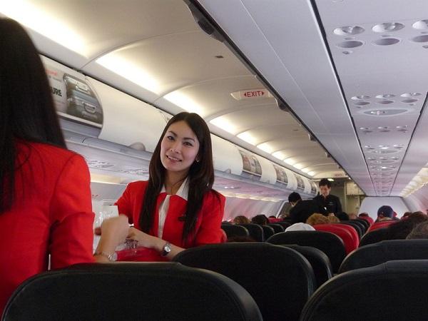 Стюардесса в самолете. со стюардессой в самолете.