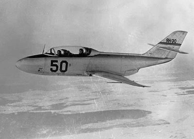 Учебно-тренировочный самолет як-30.