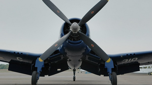 Воздушный винт самолета - пропеллер. лопасти самолета. фото.