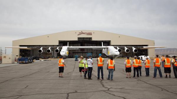 Выкатка самолета системы воздушного старта stratolaunch